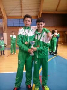 Carlos Ramos y Fran Linares posan con el trofeo de tercer clasificados.
