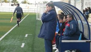 El técnico bailenense, Antonio Rueda, sigue el partido desde el banquillo.