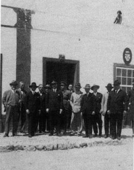 Comitiva del Gobernador Marín Acuña y autoridades insulares ante el Consistorio del Puerto de Cabras. Foto publicada en el libro Puerto del Rosario, 100 años en la memoria, 2000.