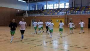 Los jugadores bailenenses realizan ejercicios de calentamiento antes del partido. Foto Antonio Carmona