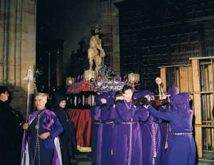 Cuadrilla de costaleras portando a Jesús Amarrado a la Columna en 1991. Foto: Fca. Teresa de Manuel