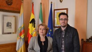 La alcaldesa Simona Villar y Felipe Sicilia, concejal de economía y hacienda y diputado por el PSOE en el Congreso, junto a la bandera con crespón negro por el fallecimiento de Suárez