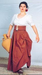 La actriz bailenense, Ana Belén Herrero, ataviada de María Bellido, fotografía que sirvió de modelo para la estatua.