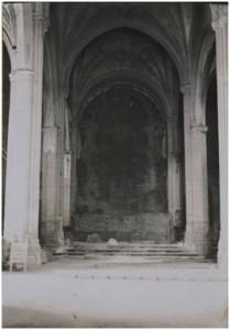 Nave central y zona del Altar Mayor tras la Guerra Civil. (Imagen extraída del Grupo de facebook del Instituto de Estudios Bailenenses).