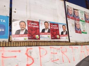Uno de los paneles correspondientes al PP que han sido tapados por propaganda de IU