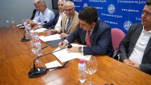 Francisco Reyes, junto a Manuel Parras, durante la firma de este documento