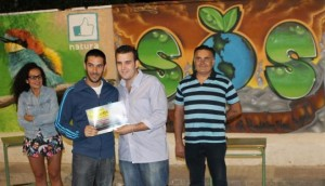 Carlos Alés, ganador del concurso, recibe el premio de manos de Víctor Abolafia.