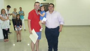 Joaquín Castro recibiendo el premio de manos de Ángel Real
