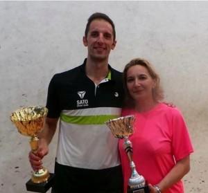 Fernando Frías y Mª Ceclia Parra posan con sus trofeos de campeones
