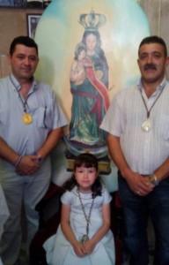 Hijo y nieta de Miguel Chacón junto al presidente de la cofradía, Miguel Aguilar