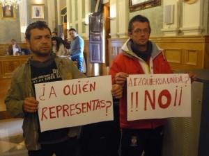 Simpatizantes de IU durante un Pleno del Ayuntamiento de Bailén con pancartas contra Manuel Martínez.
