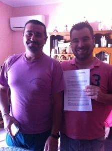 Jose y Antonio Moya con el contrato que les vincula al proyecto Origen. Foto: AM San Juan