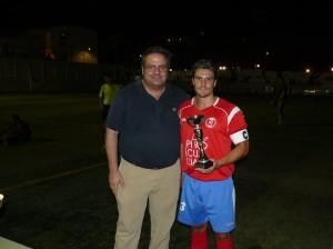 Miguel Merino hace entrega del trofeo de subcampeón al capitán del Recre, Alfonso.