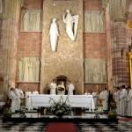 Una multitud llena la Iglesia de la Encarnación para recibir a los nuevos sacerdotes