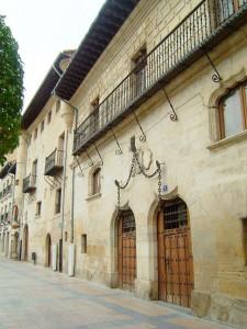 Casa Palacio de los Condes de Berberana , más conocida como la Casa de las Cadenas, siglo XVI, Miranda de Ebro (Burgos). Las cadenas fueron colocadas en 1828 como recuerdo de la estancia del rey Fernando VII.