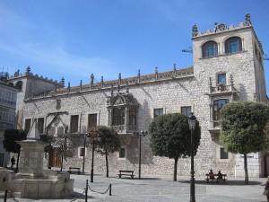 Casa del Cordón o Palacio de los Condestables de Castilla, Burgos. Doña Mencía López de Haro (1215-1270), vizcaína, fue reina consorte de Portugal. Era muy devota de San Francisco, motivo por el cual mandó esculpir, según la tradición popular, el típico cordón franciscano.