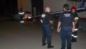 Agentes de la polícia local y bomberos de Bailén que se personaron en el lugar de los hechos.
