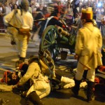 Las escaramuzas toman las calles entre miles de espectadores