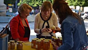 Simona Villar y Maria Angustias Velasco conociendo los diferentes tipos de miel