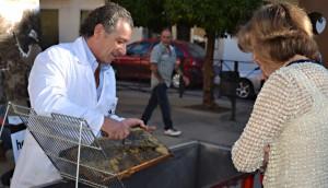 El presidente de la APAJ mostrando el proceso de obtención de la miel de un panal