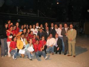 Miembros de la organización y voluntarios de la Recreación Histórica de 2005 tras finalizar los actos