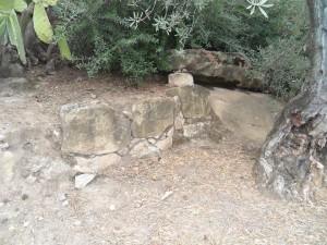 Muro junto a la entrada de dicha cueva