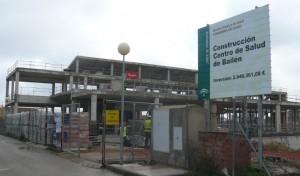 Operarios trabajando en el nuevo centro de salud
