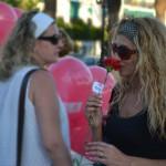 Claveles rojos y globos en la mesa informativa del PSOE