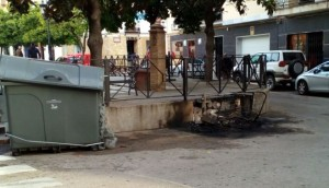 Contenedor calcinado en la Plaza General Castaños
