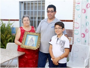 Manuela García, con su hijo (Pedro Choza) y su nieto. Verano de 2015.
