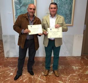 Juan Antonio Tejada y Manuel Mira con la insignia de oro