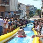 Un tobogán acuático y una espumada, colofón de la Feria de Agosto