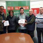 El PSOE entrega el beneficio de su candelaria a la Asociación de Esclerosis Múltiple