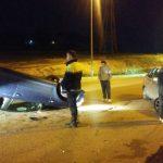Un coche acaba boca abajo tras impactar contra otro estacionado